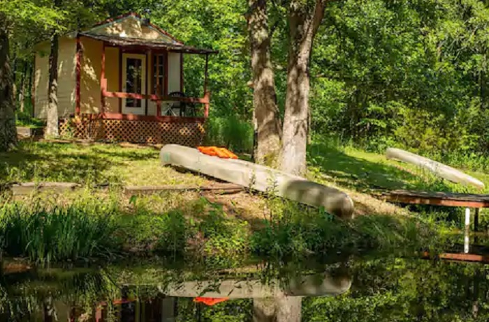 Stay In This Cozy Little Pondside Cabin In Missouri For Less Than $50 Per Night