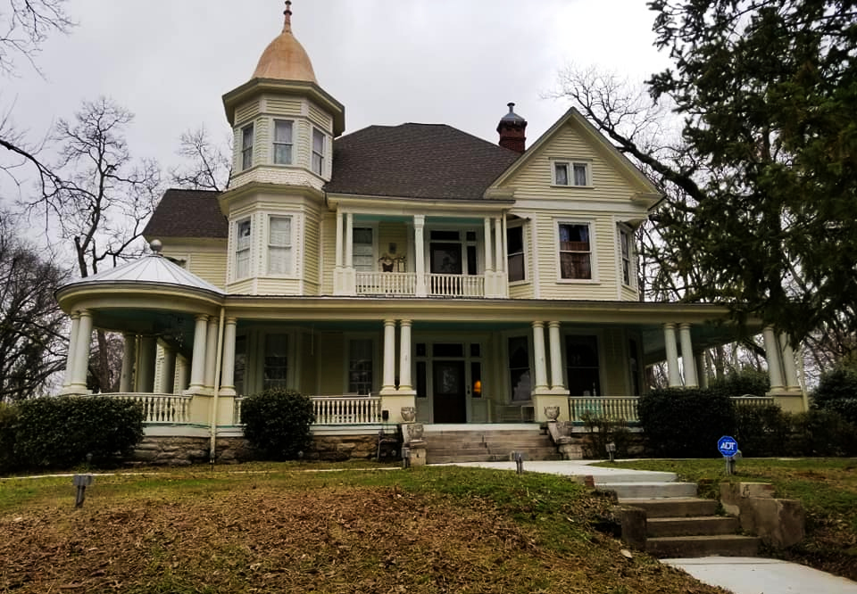 Alabama's Mistletoe Bough Is A Charming Bed And Breakfast That's Ideal For A Christmas Getaway
