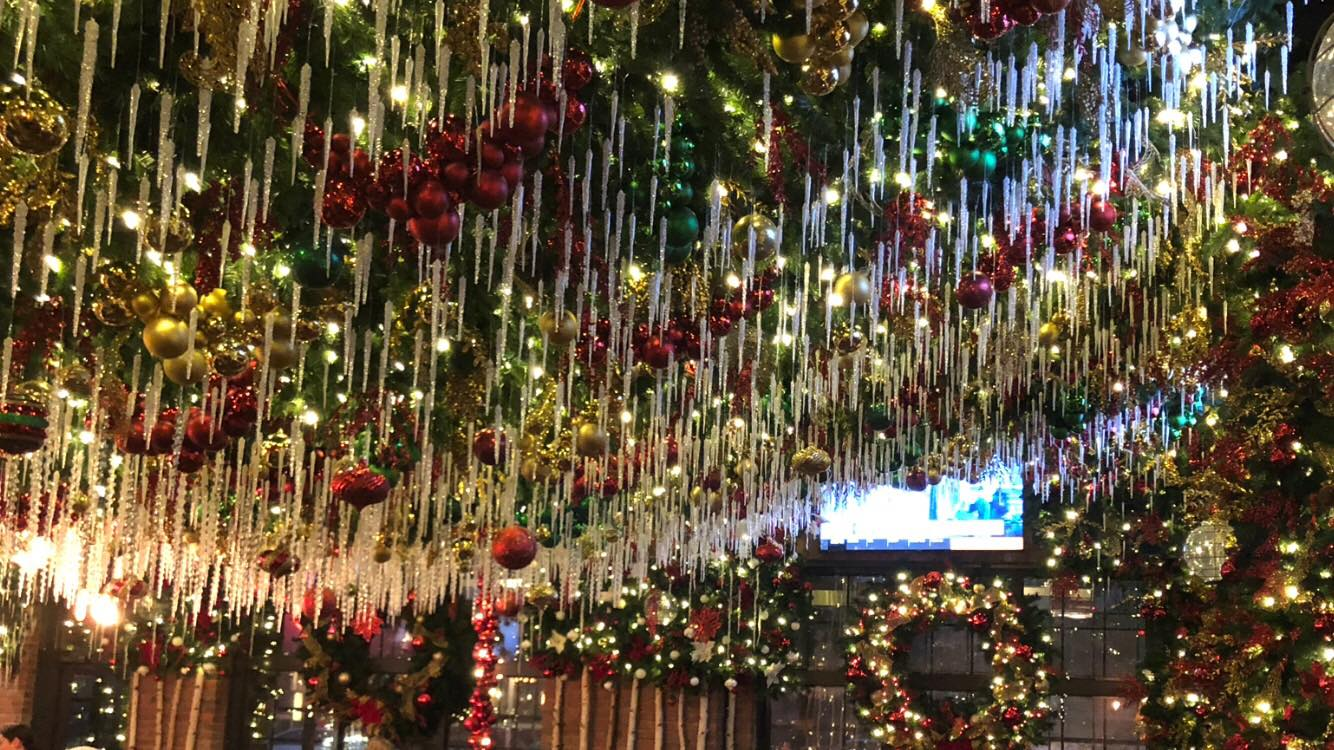 The Christmas Decorations At Roosevelt's Restaurant In Oklahoma Are Unlike Anything You've Seen Before